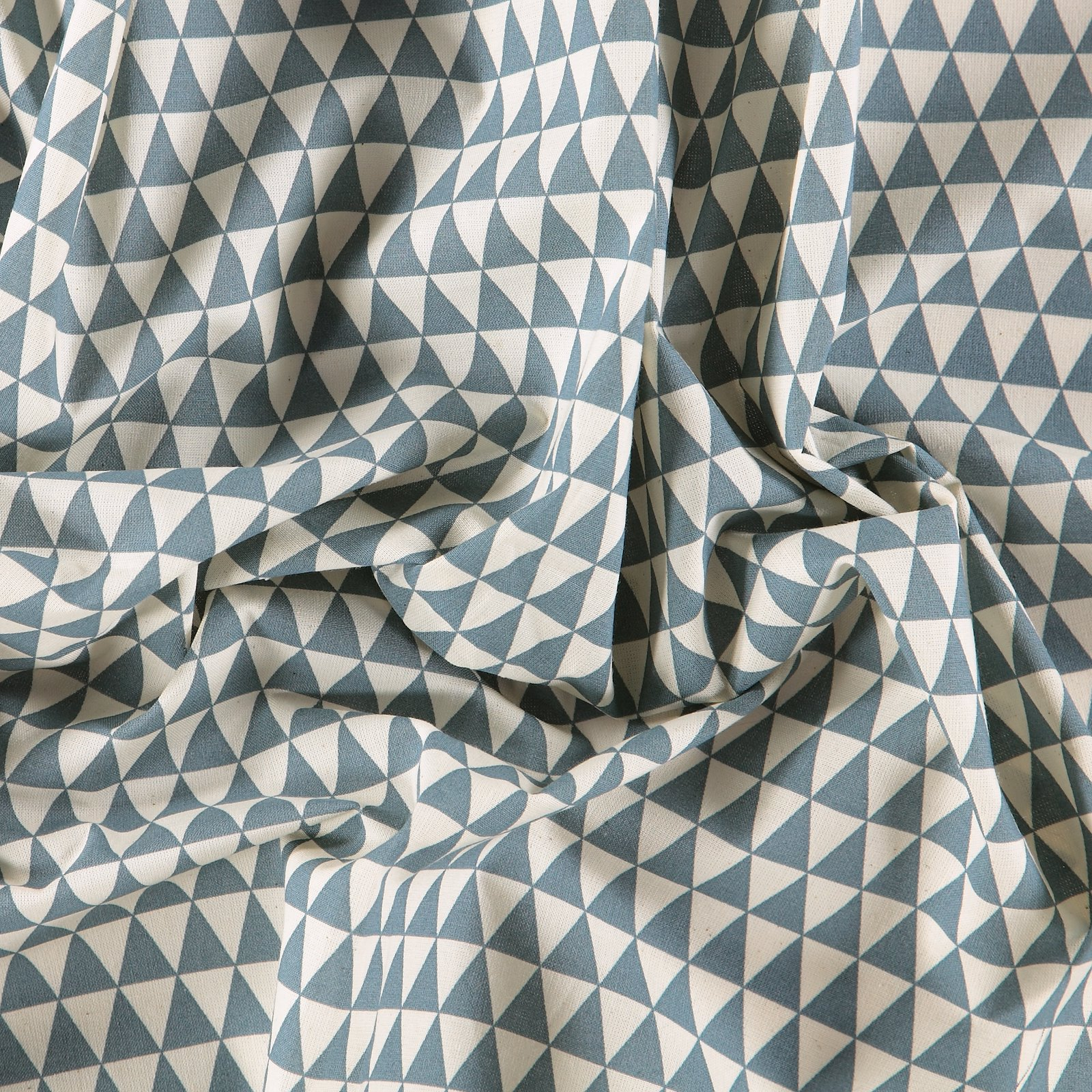 Cotton unbleached/dusty blue triangles 790020_pack