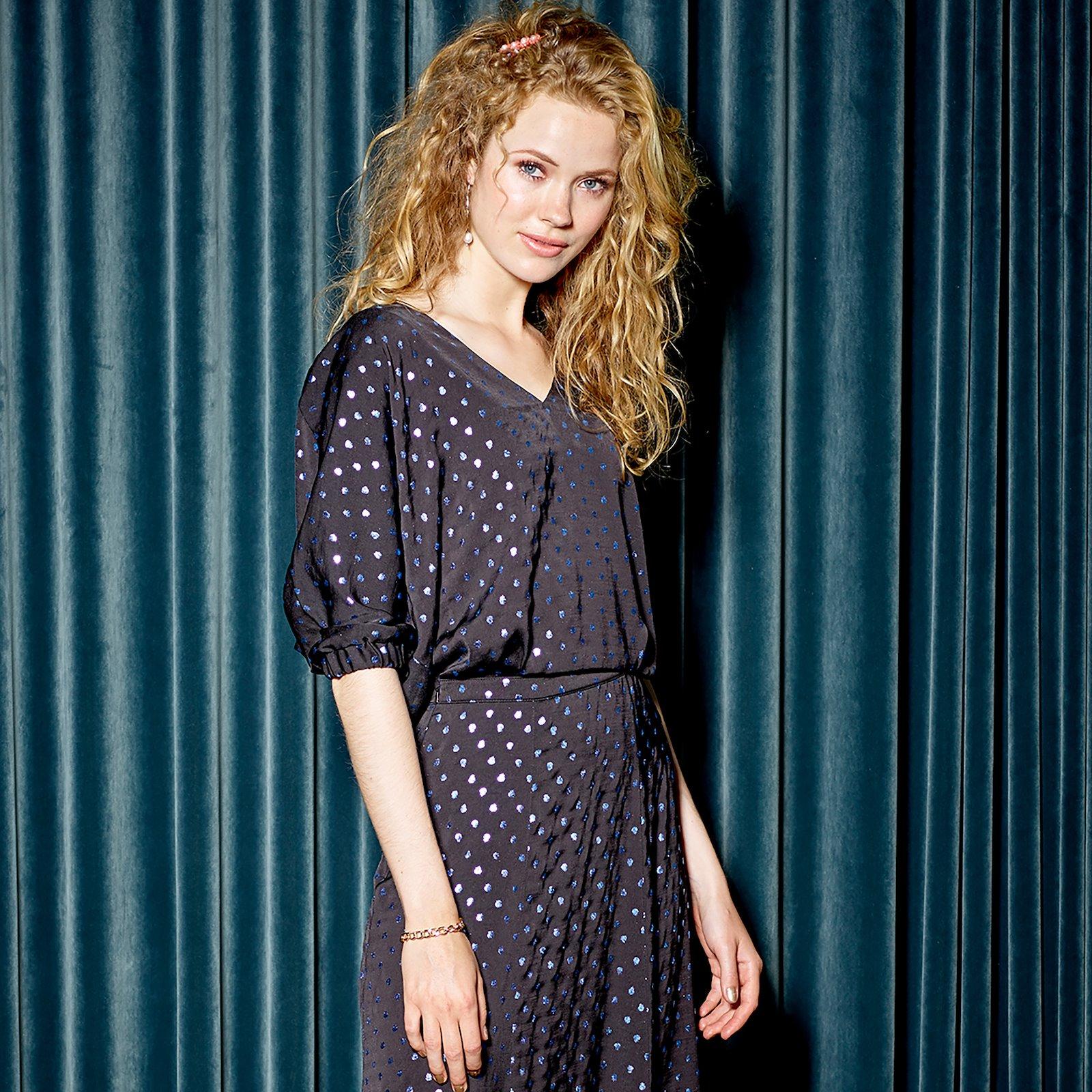 Wide dress with V-neck, 44/16 p23153_570100_sskit